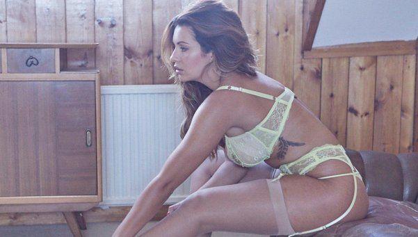 Holly Peers hace pachorra de sábado en portaligas y topless