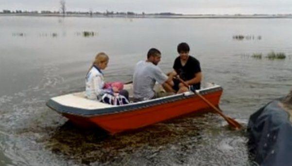 Por las inundaciones viaja en bote para poder dar clases