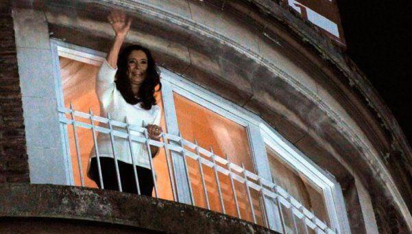 A lo rockstar: Cristina saludó a los militantes desde el balcón