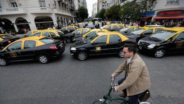 Taxistas levantan cortes para impedir la aplicación de Uber