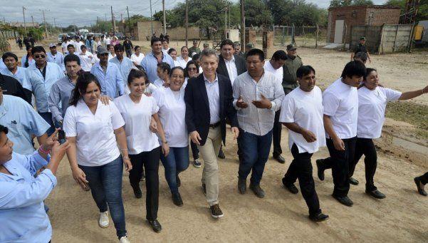 Mientras CFK hablaba, Macri entregaba títulos a wichis en Salta