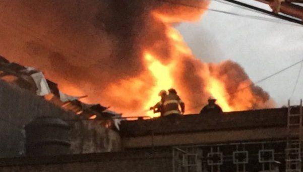 Tras seis horas, 35 dotaciones de bomberos controlaron incendio en Caseros