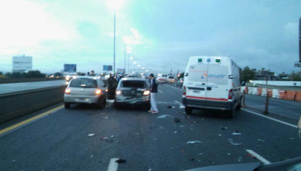 Choque múltiple complica el tránsito en la autopista a La Plata