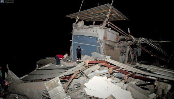 Potente sismo en Ecuador provoca al menos 77 muertes