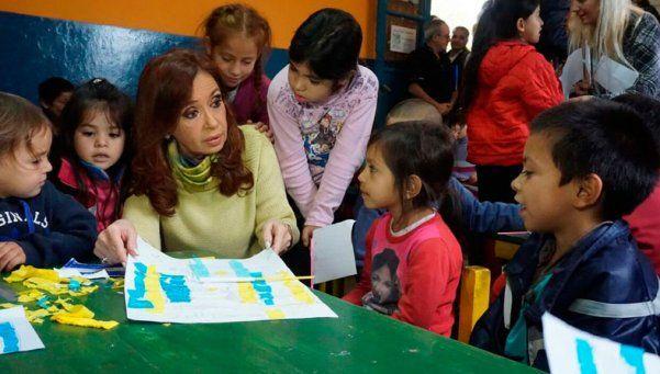 Cristina recorrió la Isla Maciel con sacerdotes villeros
