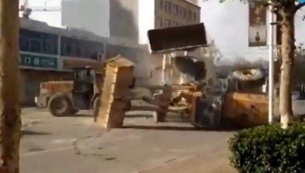 Duelo de pesados: excavadoras se pelearon en medio de la calle