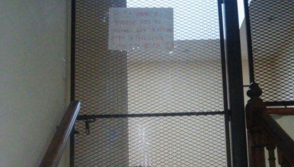 Presidenta del Consejo Escolar de Lomas decidió enrejar su oficina
