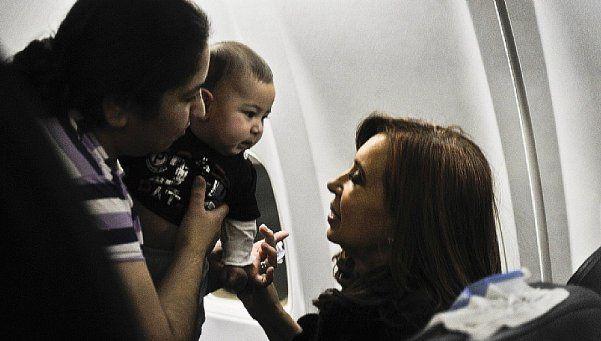 El vuelo de Cristina: entre el llanto de un bebé y una queja aislada