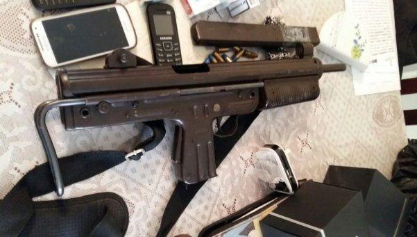 Detienen a mujer con una ametralladora y una granada en un hotel