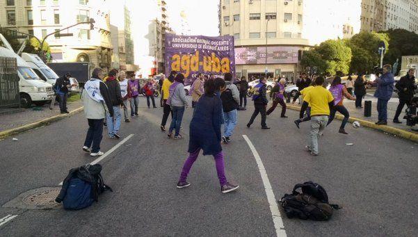 Docentes protestaron contra el ajuste con un picadito en el Obelisco