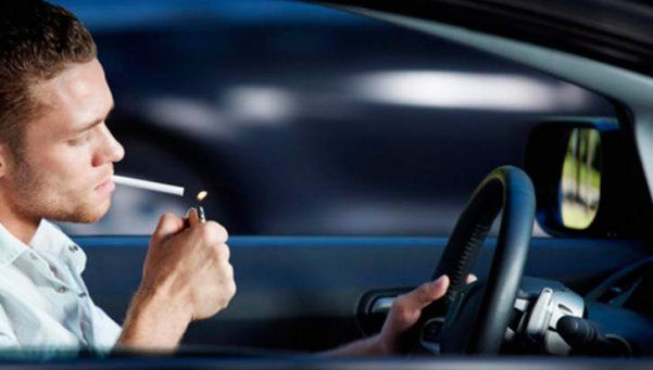 Buscan prohibir que conductores fumen mientras manejan