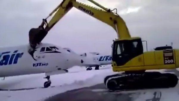 Video   Furioso por ser despedido, destruyó avión con excavadora