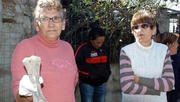 Insólito descubrimiento: usan huesos y ataúdes para asfaltar calles