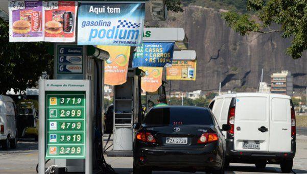 Argentinos cruzan a cargar nafta en Brasil y Paraguay