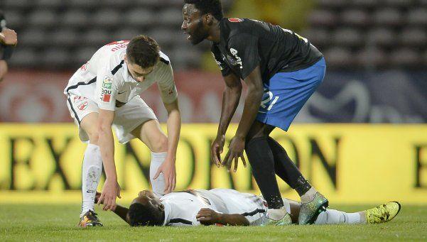 Video | Un futbolista camerunés murió en pleno partido