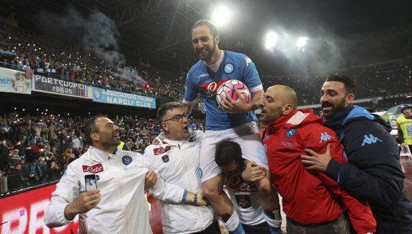 Higuaín metió tres goles y rompió un récord histórico en Italia