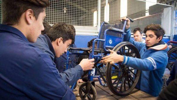 Escuelas técnicas repararán las 15 mil sillas de ruedas arrumbadas del PAMI