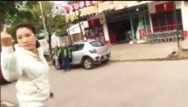 Video |  Dueña de super chino agredió a periodistas a botellazos