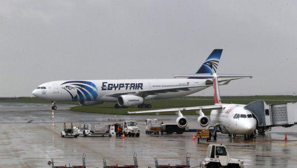 Avión que salió de París se estrelló en Grecia: crece la hipótesis de atentado