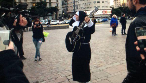 Provocador, Aldana fue a la marcha contra abusos en el rock vestido de monja