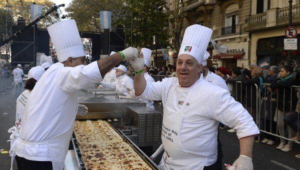 Ochenta metros de sabor en la empanada más grande de Buenos Aires