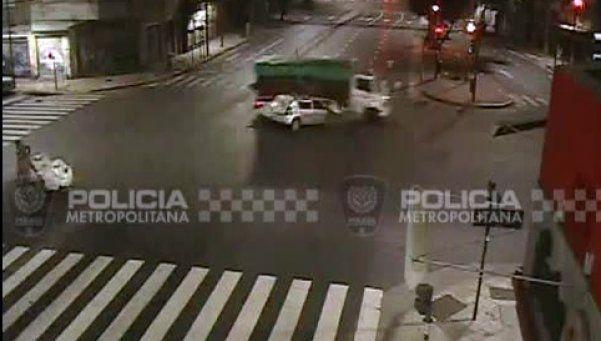 Video | San Cristóbal: pasó en rojo, chocó y murió en el acto