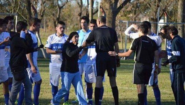 Tras un golpe una doctora impidió que un futbolista siga jugando