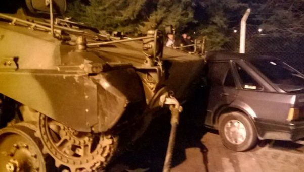 Tanque de guerra a contramano chocó con un auto en Entre Ríos