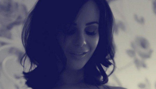 La pechocha Emma Glover deslumbró con un topless en blanco y negro
