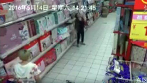 Video | Pánico por mujer poseída en supermercado