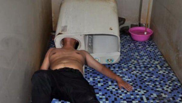 Intentó arreglar un lavarropas y se le quedó atascada la cabeza