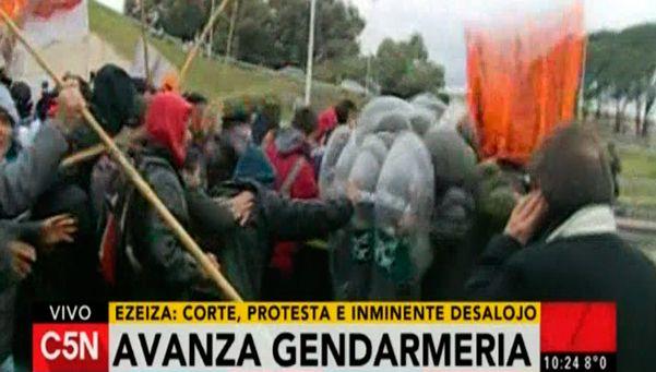 A los palazos, Gendarmería desalojó la Riccheri a la altura del Aeropuerto