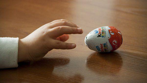 Le regalaron un huevo Kinder y encontró una ingrata sorpresa