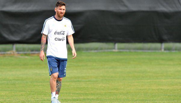 Messi se movió con la pelota y jugaría el viernes