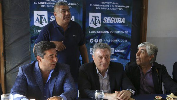 En AFA no hubo renuncias pero sí reuniones paralelas