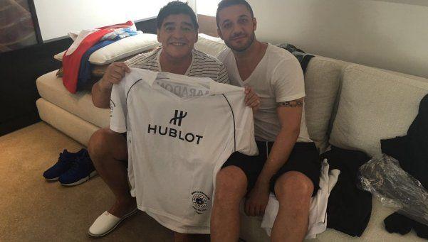 Maradona ya está en París para jugar con Pelé