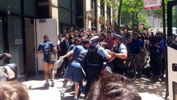 Fanática se abalanza sobre Messi e interviene la policía