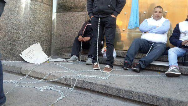 Cresta Roja: trabajadores se encadenaron al Ministerio de Hacienda