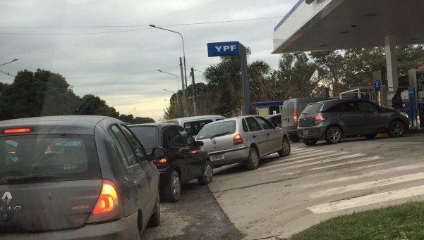 Por el paro de Camioneros, cargar nafta fue una odisea