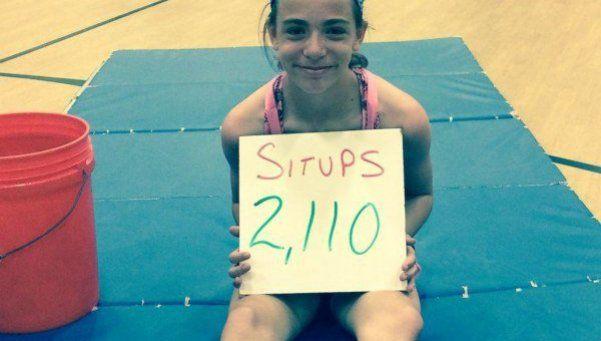 Una nena de 10 años tiene el récord de abdominales