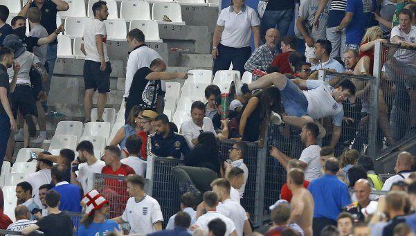 Gravísimos incidentes entre hinchas ingleses y rusos en la Eurocopa