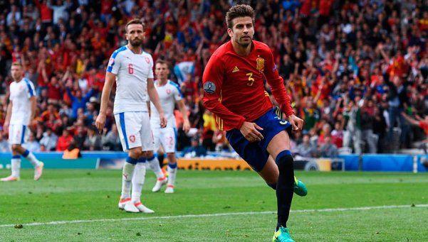 España inició el camino al bicampeonato con un triunfo ante Checa