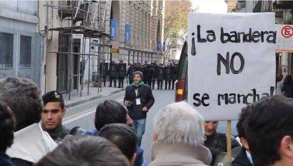 Rosario: según el Gobierno, piedrazo al colectivo de Macri desató la represión