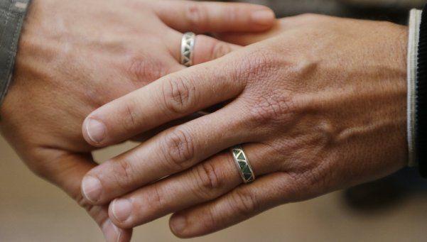 Matrimonio homosexual anota como propio un hijo gestado por una amiga