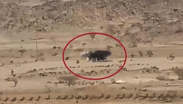 Video   Extraterrestre baja de un OVNI en el desierto y desaparece