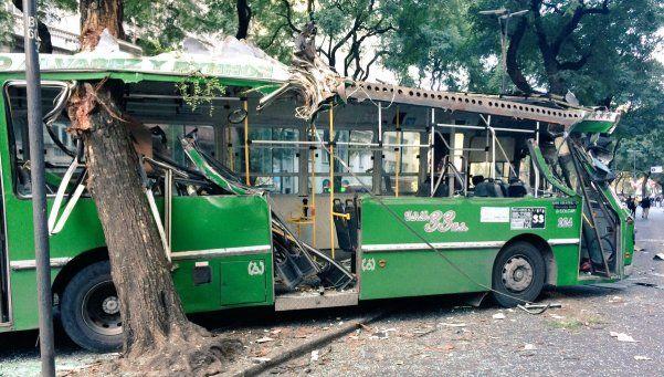 Colectivo de la línea 33 chocó contra un árbol: hay 19 heridos
