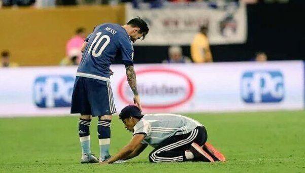 Video | La reverencia de un hincha a Messi que no se vio por TV