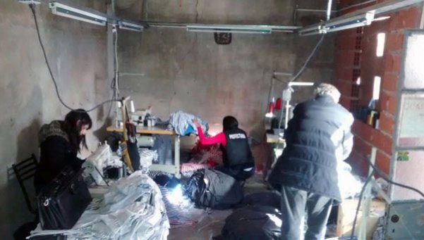 Allanan taller textil clandestino y liberan a ocho víctimas de explotación laboral