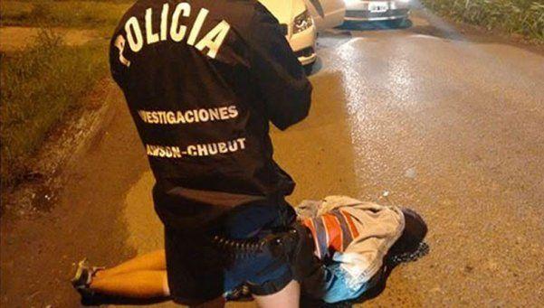 Rociaron con nafta a un policía y lo amenazaron de muerte