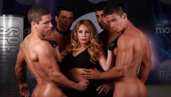 Nuevas fotos de la abogada hot, rodeada de hombres desnudos